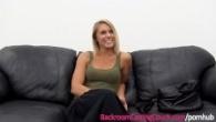 Blonda ajunge la casting pe cea mai cunoscuta canapea din piele