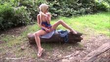 Diva blonda se masturbeaza pe un copac