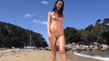 Naufragiata pe o insula , nudista tanara isi arata corpul natural