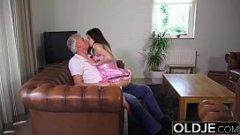 Nepotica perversa isi fute bunicul excitat