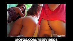 Un grup de fete incep o orgie de nedescris