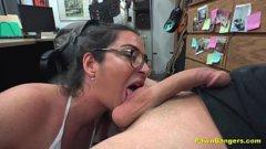 Frantuzoaica bruneta cu ochelari suge un american