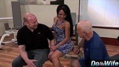 Bruneta se fute intr-un studio porno