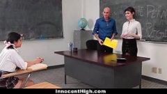 Profesorul prinde eleva si profesoara in timp ce se lingeau in pizda