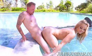 Pizda tatoasa fututa intr-o piscina privata