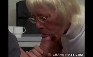 Bunica suge pula si se fute in biroul sefului