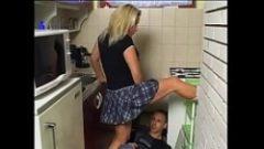Mamica asta il pune pe muncitor sa o futa bine