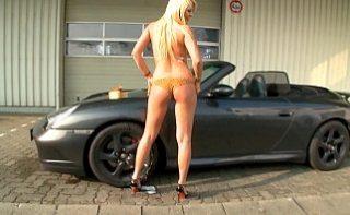 Blonda buna spala un Porsche in pielea goala