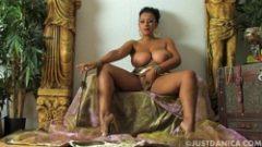 Regina din africa sta pe tron goala