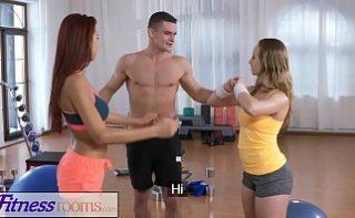 Antrenor de fitnes are noroc la pizde tinere