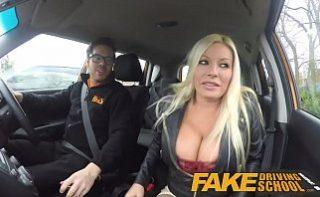 Instructor auto fute eleva chiar in masina