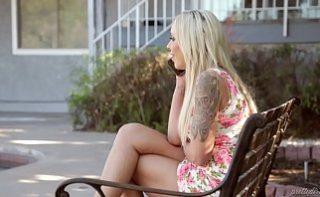 Blonda tatuata cu fund sexy si pizda uda se fute cu amantul