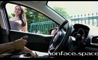 Bruneta frumoasa se uita la un tip ce face laba in masina