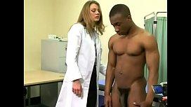 Doua doctorite se mira de pula mare a pacientului