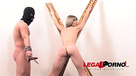 Blonda sclava fututa si umpluta de pula