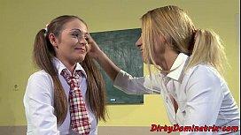 Doua eleve traznite se fut in clasa cu profesorul
