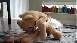 Blonda extrem de sexy se fute cu un ursulet de plus