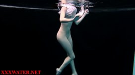 Amatoare filmata in piscina in timp ce inoata goala