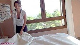 Menajera se fute in hotel cu un client pulos
