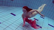Roscata sexy si silueta inoata goala prin piscina