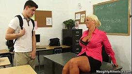 Profesoarei ii place la nebunie de un elev sexy