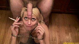Blonda matura fumatoare suge pula plictisindu-se