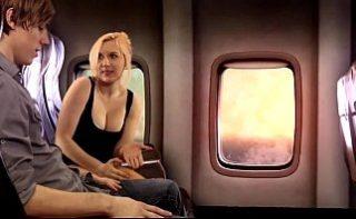 Un milf ii face o felatie unui tanar chiar pe avion