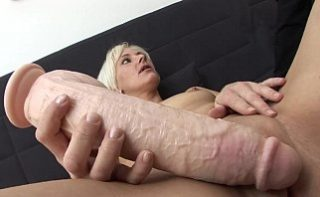 Femeie blonda pusa sa testeze noul produs