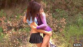 Isi duc femeile la picnic si se fut cu ele pe patura