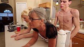 Baiat pervers isi fute mama si bunica in bucatarie