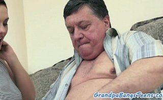 Bosorog pervers fute o studenta sexy
