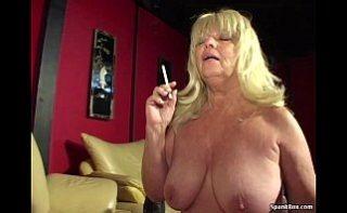 Babaciune fumatoare face sex oral pentru bani