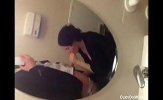 Femeia ii suge pula iar el o filmeaza in oglinda