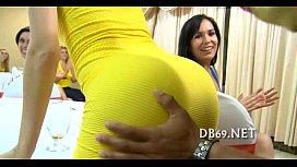 Un grup de femei chefuiesc cu un stripper care le da muie si le fute