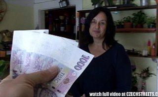Mamaie se fute cu un strain pentru bani