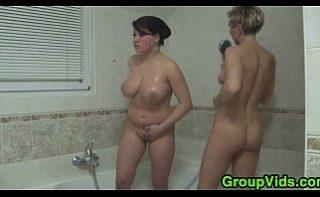 Femei mature si grasute se fut dupa o baie fierbinte