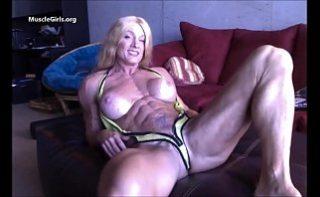 Femeie cu corp de barbat isi arata pizda la web