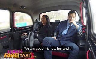 Soferita se fute cu un miliatr in cabina de taxi