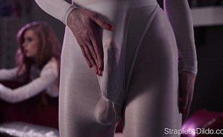 Film porno din viitor cu lesbiene excitate