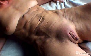 Femeie musculoasa cu un lindic imens