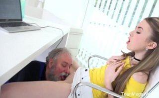 Electricianul pervers linge in pizda o angajata excitata