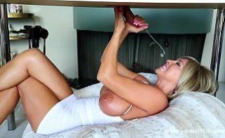 Sotia ii face un masaj erotic de nota 10 sotului