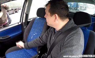 Barbat filmeaza in timp ce fute o traseista in masina