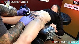 Ii tatueaza pe pizda iar ea plange de durere
