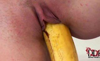 Doua fete prostute care se masturbeaza cu banane