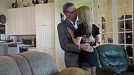 Batran pervers face sex cu o adolescenta de 18 ani
