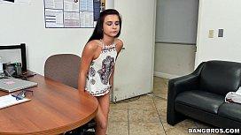 Domnisoara amarata de 18 ani are tupeul sa inghita o pula mare