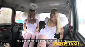 Doua ingerase blonde futute in cabina la fake taxi