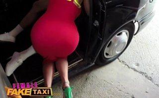 Fake female taxi cu o blonda inalta si tate mari care se fute cu clientii