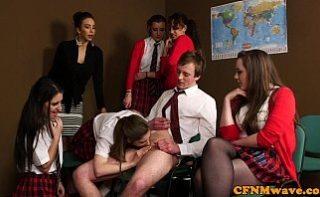 Profesoara de sexologie isi invata elevii sa faca sex si sa suga pula
